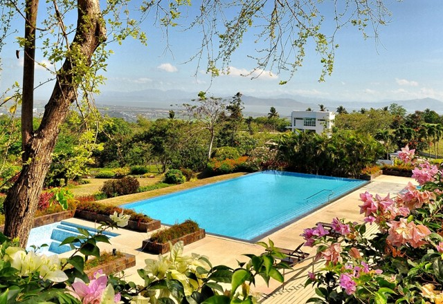 Ayala-Greenfield-Estates-Infinity-Pool-overlooking-Laguna-de-Bay